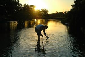 Medindo parâmetros de qualidade de água. Foto Margi Moss