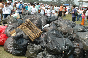 Lixo coletado por mutirão de jovens, margens da Represa Billings, SP. Foto Margi Moss