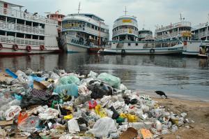 Lixo jogado na beira do Rio Negro, Manaus. Foto Margi Moss