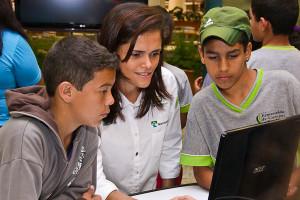 Daniele mostra as animações para alunos em Cuiabá.