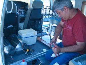 Dr. Marcelo Moreira, do CENA, instala o equipamento de pesquisa dentro do avião. Foto Gérard Moss