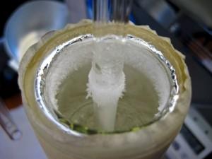 O tubinho de vidro dentro do recipiente contendo gelo seco amassado com álcool. Foto: Tiago Iatesta