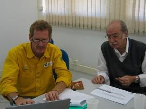 No início do projeto, Gérard Moss e o prof. Enéas Salati conversam sobre as melhores formas de coletar as amostras de vapor de água no avião. No CENA, Piracicaba, SP